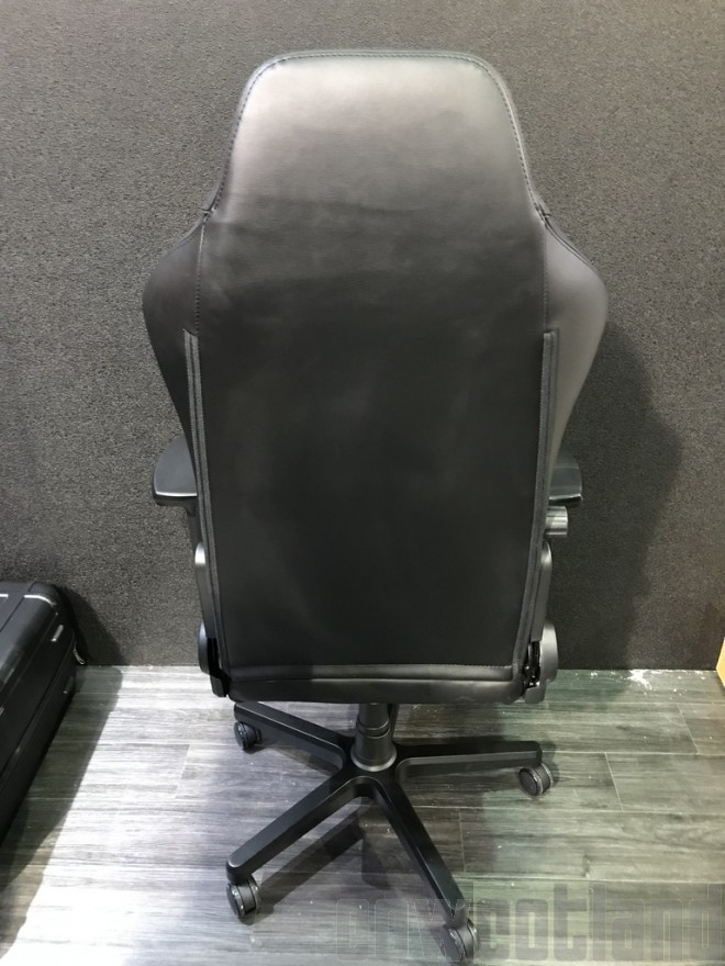 chaise noblechairs plus large